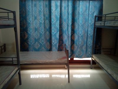 BEDSPACE AND ROOM AVAILABLE FOR INDIAN EXECUTIVE BACHELORS IN BURDUBAI. NO COMMISSION.
